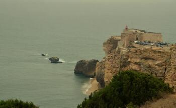 O Canhão da Nazaré fica no prolongamento do Promontório.